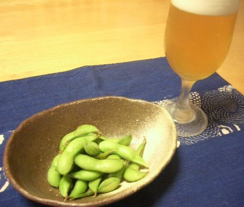 Beer_and_edamame_(boild_green_soybeans).jpg