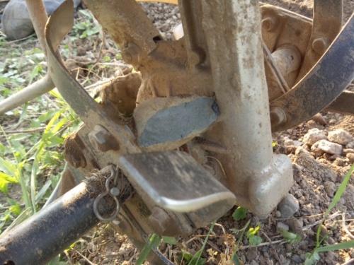 08耕運機に石挟まりました
