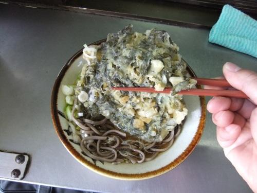 丸政@小淵沢駅ホームの野沢菜天ぷらそば320120909.JPG