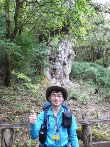縄文杉の前で (2).JPG