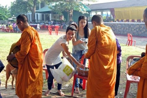 DSC_1529meking merit to monks 2.JPG